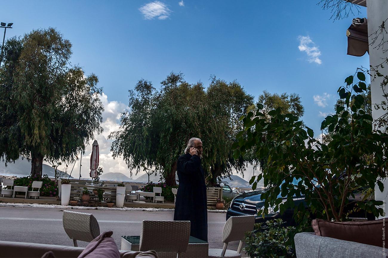 Батюшка вышел из бара и решает вопросы. Sailing Greece 2014